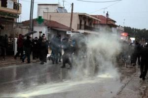Οι κάτοικοι της Ιερισσού καταγγέλλουν την αλόγιστη χρήση δακρυγόνων, που έπεσαν ακόμη και στην αυλή του σχολείου, με αποτέλεσμα παιδιά να λιποθυμήσουν και άλλα να ζητήσουν ιατρική βοήθεια για αναπνευστικά προβλήματα