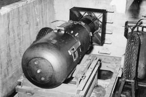 Η ατομική βόμβα Little Boy που έπεσε στη Χιροσίμα, λίγο πριν την φορτώσουν στο Εnola Gay.